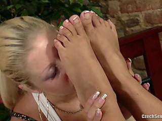 Blond - Loves Bare Feet