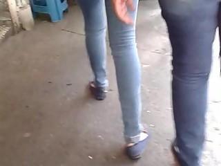 DAMA ENCOXCANDO BRAZO NALGAS AMIGA ZOCALO